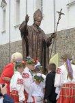 Воложин, костел: памятник Иоанну Павлу II, 2007 г.