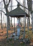 Новоселки (Мядел. р-н), кладбище христианское:  часовня-надмогилье (дерев.), кон. XIX в.?