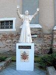 Лучай, костел: памятник Бенедикту XVI, 2008 г.