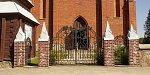 Нарочь (Мядел. р-н), костел: ограда с брамами